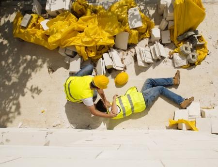 protection individuelle: Travailleur de la construction a un accident alors qu'il travaillait sur une nouvelle maison