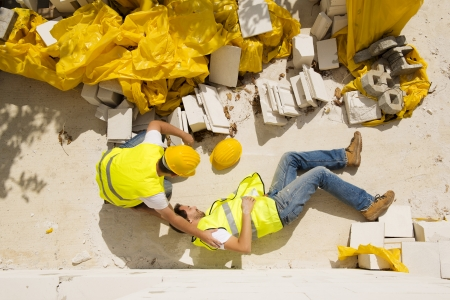 accidente laboral: Trabajador de la construcci�n tiene un accidente mientras trabajaba en la nueva casa Foto de archivo