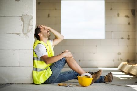 lesionado: Trabajador de la construcción tiene un accidente mientras trabajaba en la nueva casa Foto de archivo