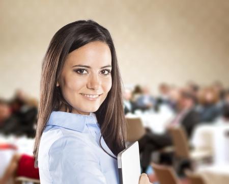 モダンなマネージャーの公共屋内ビジネス会議