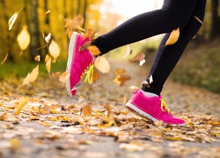 Primer plano de los pies de un corredor que se ejecuta en las hojas de otoño ejercicio de entrenamiento Foto de archivo - 22902706
