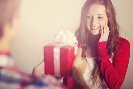 gifts: Mooie vrouw met cadeau Stockfoto