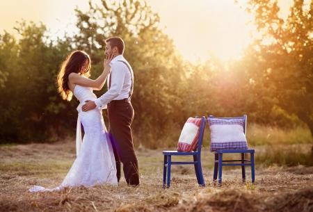 自然の中では美しい花嫁と花婿の肖像画 写真素材