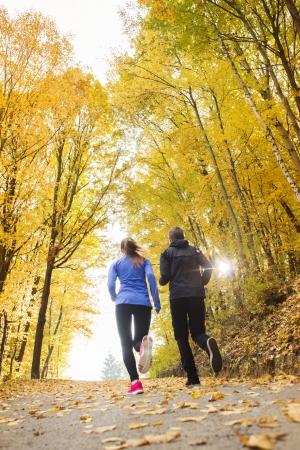 Jeune couple de course jogging dans la nature en automne Banque d'images - 24064779