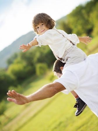 Padre e hijo jugando juegos divertidos juntos Foto de archivo