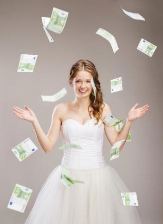 money flying: Retratos de estudio con la bella novia sobre fondo gris