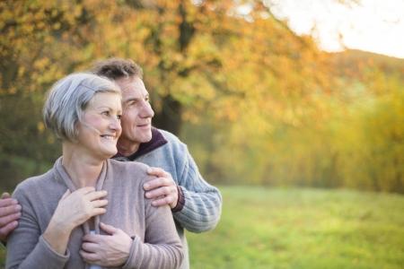 ancianos caminando: Cerca de la tercera edad activa de relax en la naturaleza