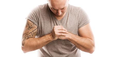 pandilleros: Apuesto joven con el tatuaje, aislado en blanco
