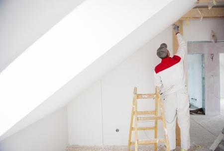 craftsman: Trabajador de la construcción es la pintura de la pared en casa nueva