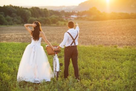흰색 자전거를 가진 아름 다운 신부와 신랑 결혼식 세로 스톡 콘텐츠 - 25231126