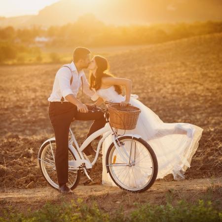 Beau portrait de mariage mariée et le marié avec du blanc vélo