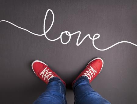 escarpines: Símbolo simple concepto de amor con zapatillas rojas y tiza dibujado Foto de archivo