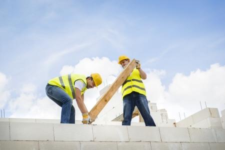 Entrepreneurs en construction la construction d'une grande maison neuve Banque d'images - 25287157