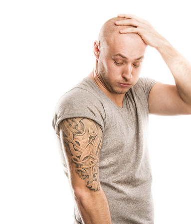 흰색에 고립 된 문신 잘 생긴 젊은 남자