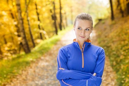 actief luisteren: Sportieve en actieve vrouw loper is het luisteren naar muziek voor lichaamsbeweging in de buitenlucht Stockfoto