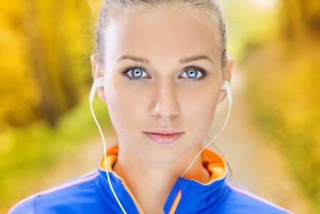 ecoute active: Sportive et femme active coureur est � l'�coute de la musique avant l'exercice en plein air