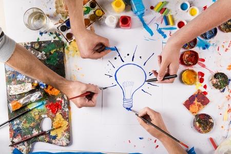 白い紙の上のカラフルな絵の具で創造的なアイデア コンセプト