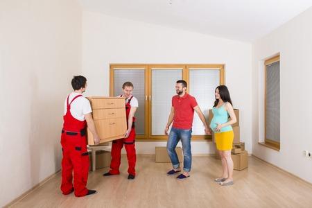 若い家族と一緒に新しい家に引っ越し 写真素材