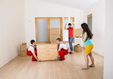 若い家族と一緒に新しい家に引っ越し 写真素材 - 26223267