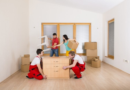 sala parto: Movers nella nuova casa con la giovane famiglia