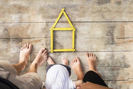 metro medir: Concepto de la casa con el metro amarillo en el piso de madera