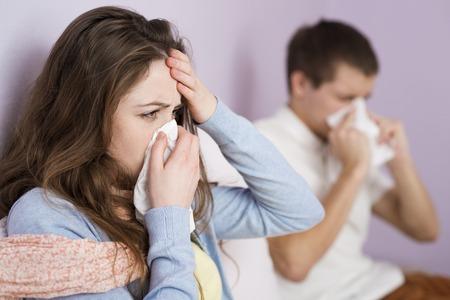 ragazza malata: Malato donna e l'uomo hanno raffreddore, influenza e febbre alta