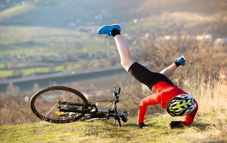 Mountain Bikker is met pijnlijke ongeval op de fiets Stockfoto