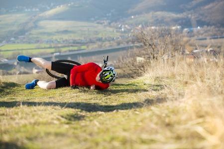 hombre cayendo: Ciclista de montaña está teniendo un accidente en bicicleta en la naturaleza