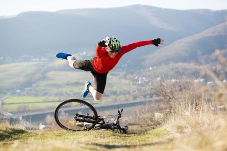 hombre cayendo: Motorista de la montaña está teniendo accidente