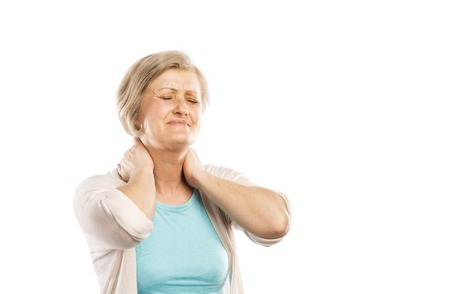 白い背景に分離されて首の痛みから苦しんでいる年配の女性