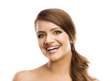 nackte brust: Schöne lächelnde Frau Porträt auf weißem Hintergrund