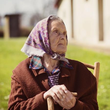 sadly: Anziana guardando tristemente