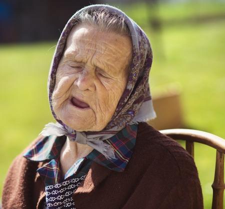 sad old woman: Mujer mayor triste