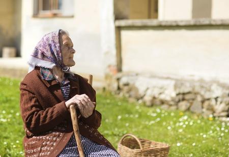 sadly: Molto vecchia donna guardando tristemente
