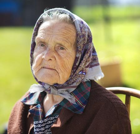 sad old woman: Retrato de la mujer mayor triste