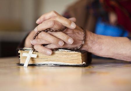 mujer rezando: Detalle de la mujer muy vieja en bufanda principal orando
