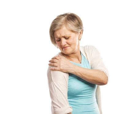 epaule douleur: Senior femme avec douleur à l'épaule, isolé sur fond blanc