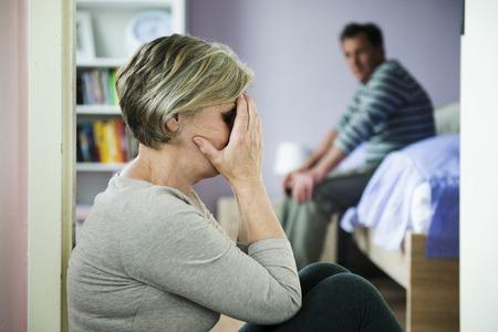 Mujer madura con el ojo negro es víctima de la violencia doméstica y el abuso