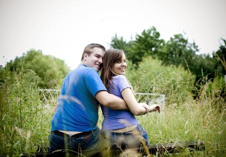 buena salud: Feliz pareja de jóvenes se divierten en la naturaleza