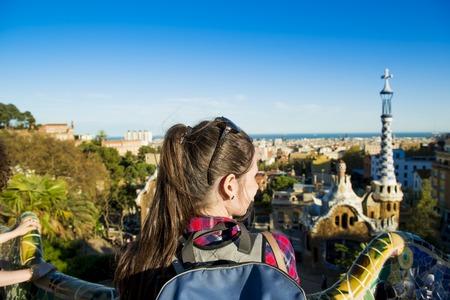 바르셀로나, 스페인에서 Parc Guell에서보기를 찾고 젊은 여성 관광의 후면보기