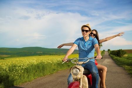 motorrad frau: Gl�ckliche junge Paar in Liebe auf Retro-Motorrad-Fahr togetger und ejoying die Fahrt im gr�nen Bereich