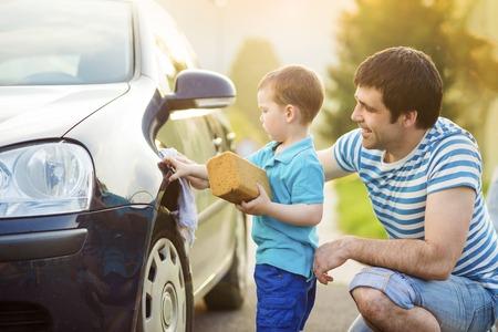 lavar: Joven padre con su pequeño hijo de lavado de coches