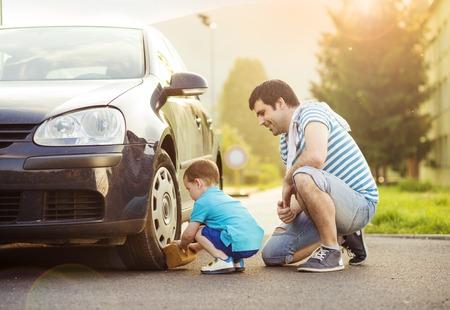 彼の小さな息子洗浄車で若い父