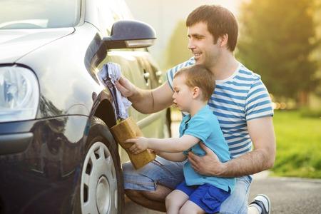 papa: Jeune p�re avec sa voiture de lavage petit fils Banque d'images