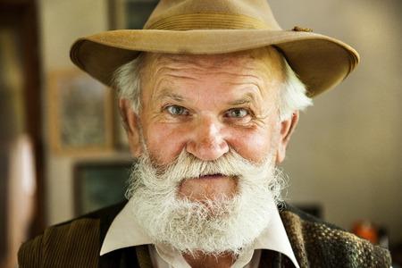 hombre con barba: Retrato de un agricultor viejo con barba y sombrero Foto de archivo