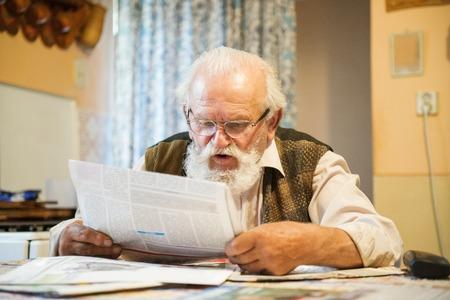 oude krant: Oude man het lezen van de krant thuis Stockfoto