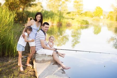 man fishing: Familia pasar tiempo en el lago