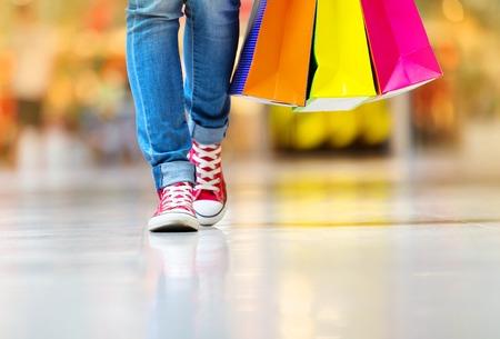 Winkelen tijd, jonge tiener meisje met boodschappentassen op winkelcentrum