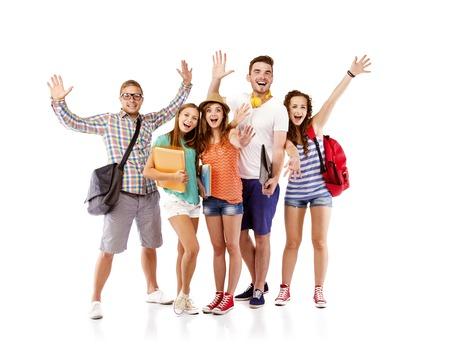 estudiantes universitarios: Grupo de estudiantes de adolescente feliz de pie y sonriente con libros y bolsas aisladas sobre fondo blanco
