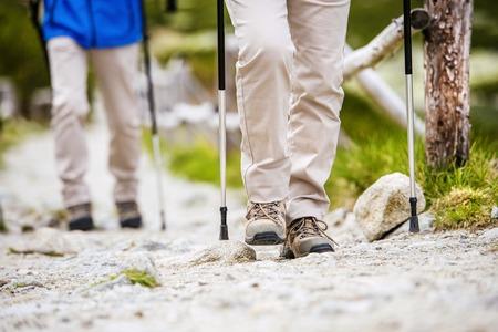 아름 다운 산에서 하이킹하는 수석 부부의 다리의 근접 스톡 콘텐츠